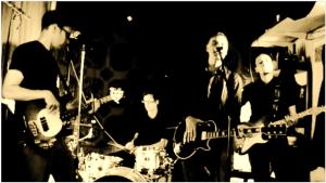 Band spielt im Proberaum
